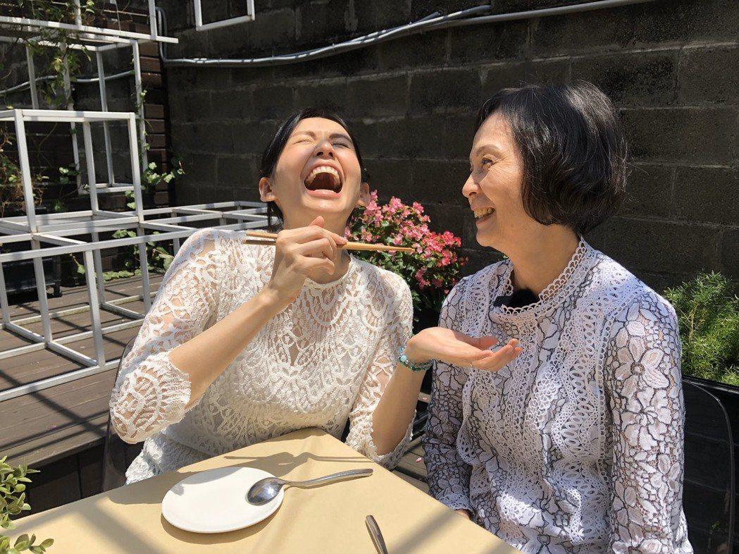 袁艾菲(左)邀媽媽上節目。圖/風雅國際提供