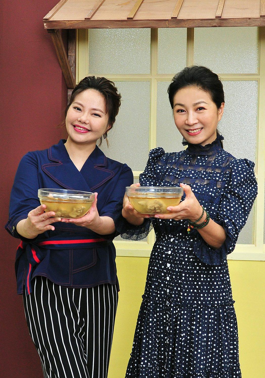 林嘉俐(左)、方文琳吃麻油雞慶功。圖/台視提供