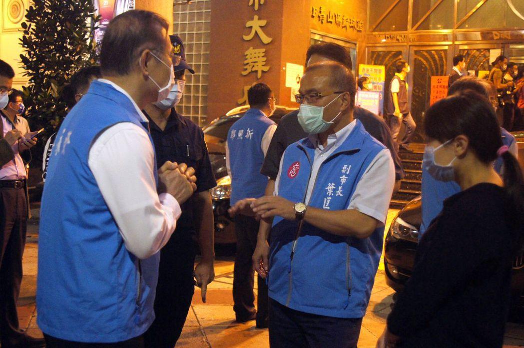 高雄市副市長葉匡時(右二)今晚率隊臨檢舞廳。記者林保光/攝影