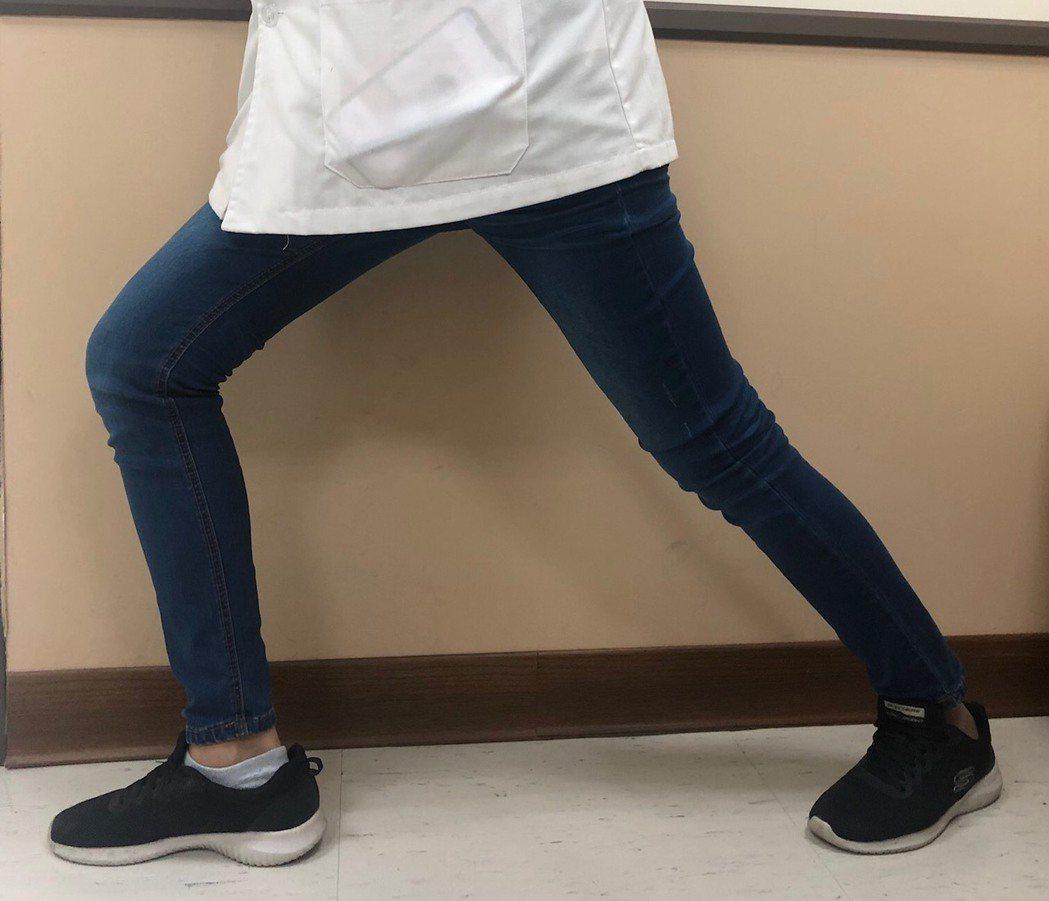 圖2:小腿後肌拉筋。圖/覃儀群提供