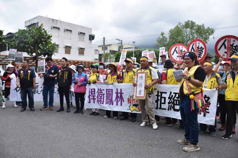 花蓮「反卜蜂養雞場鳳林自救會」昨天在鳳林抗議遊行,拒絕卜蜂在花蓮蓋養雞場。記者王思慧/攝影
