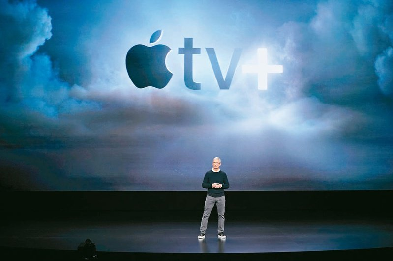 蘋果公司已斥資約7,000萬美元向Sony購入戰爭片「怒海戰艦」15年串流播映權,圖為蘋果執行長庫克介紹Apple TV+。(美聯社)