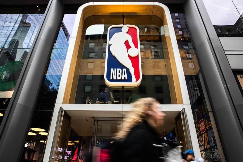根據「ESPN」今天的報導,聯盟正計畫讓球員與有限度的家人、親友接觸,來避免接觸傳染的狀況發生。 法新社