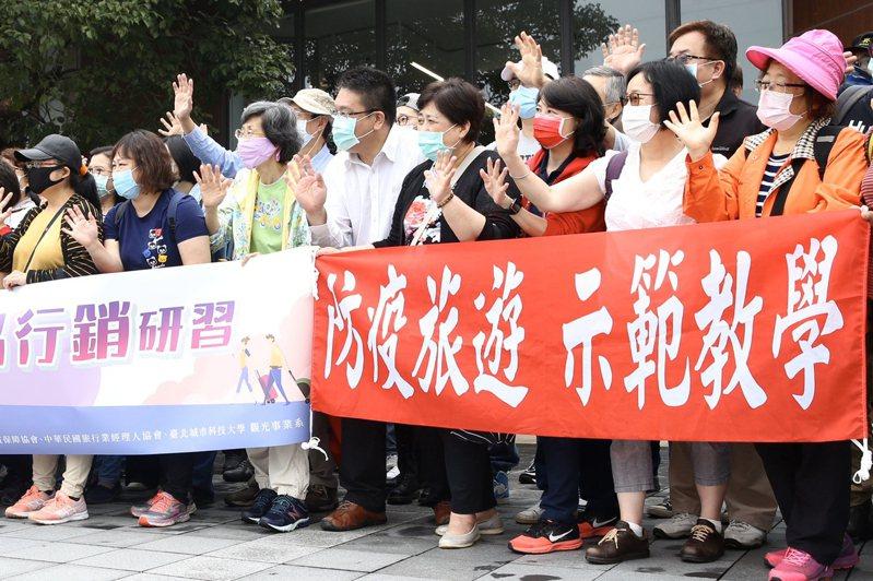 中華優質旅遊發展協會今帶領旅行從業人員逾70人,前往觀音山風景區辦理防疫旅遊教學示範戶外教學活動,一路玩到淡水老街。記者林俊良/攝影
