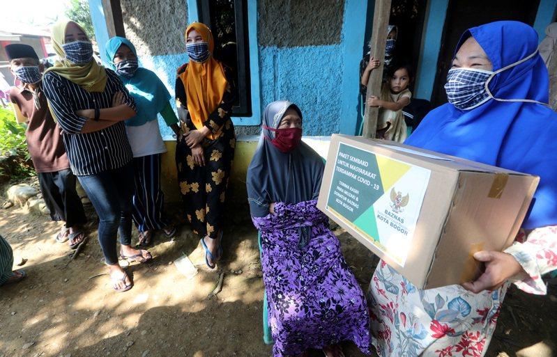 印尼新冠肺炎疫情升溫,醫療體系瀕臨崩潰。 歐新社