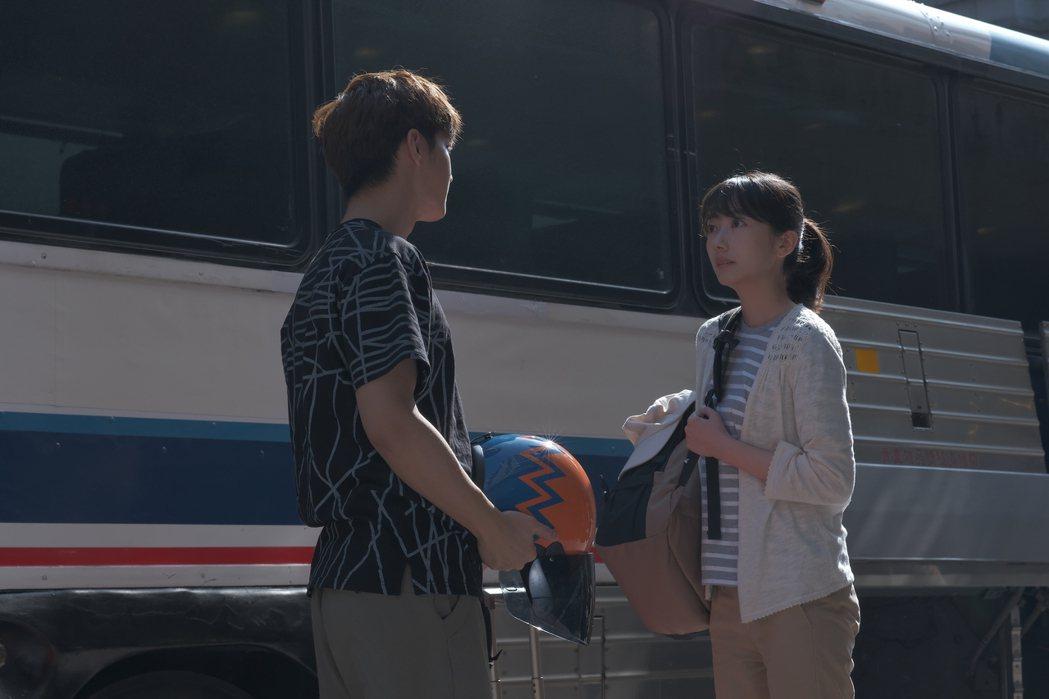 炎亞綸(左)與日本女星波瑠合作「路~台灣Express~」。圖/公視提供