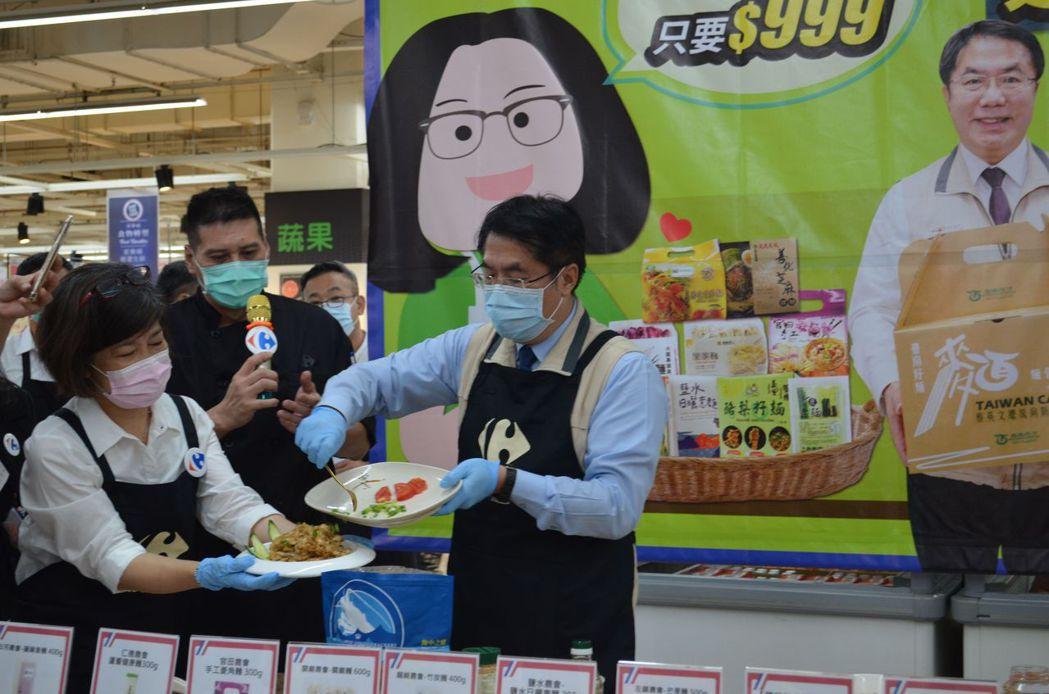 黃偉哲市長製作台南好麵料理。  陳慧明 攝影