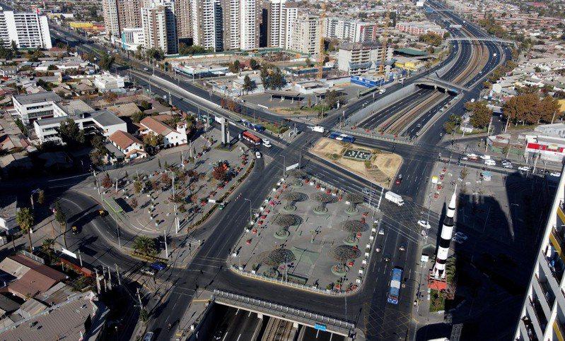 因新冠疫情形勢嚴峻,智利首都聖地亞哥15日22時起實施強制隔離,時間暫定為7天,可能視情況延長。 新華社
