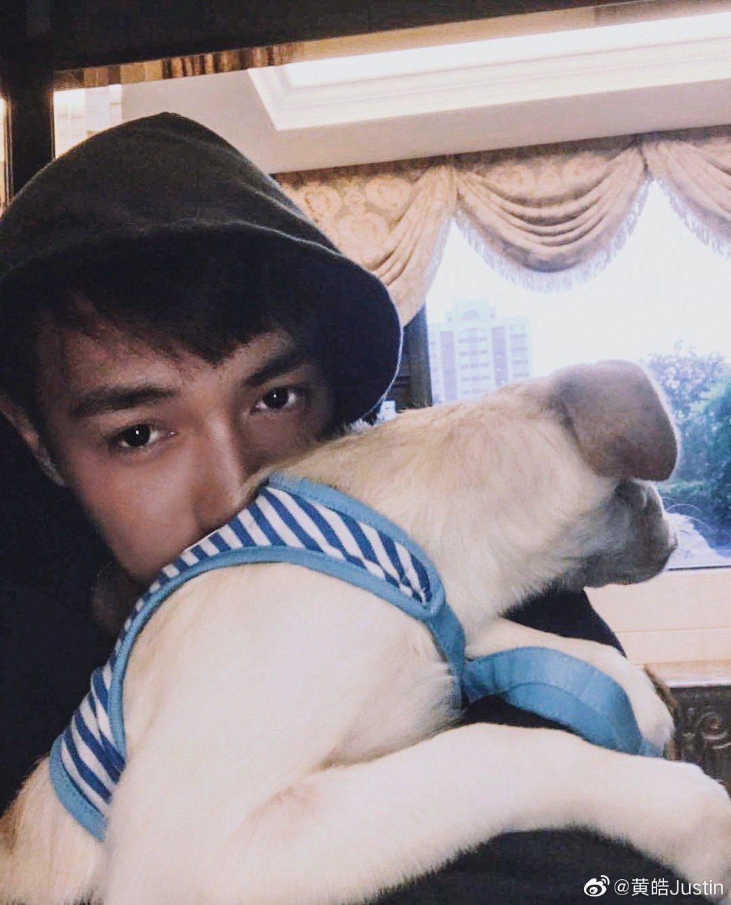黃皓貼出與狗狗的合照,被網友懷疑分手。 圖/擷自黃皓微博
