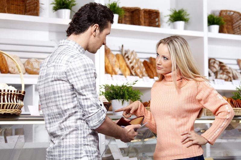 夫妻間若過分計較金錢恐傷了感情。(示意圖) ingimage
