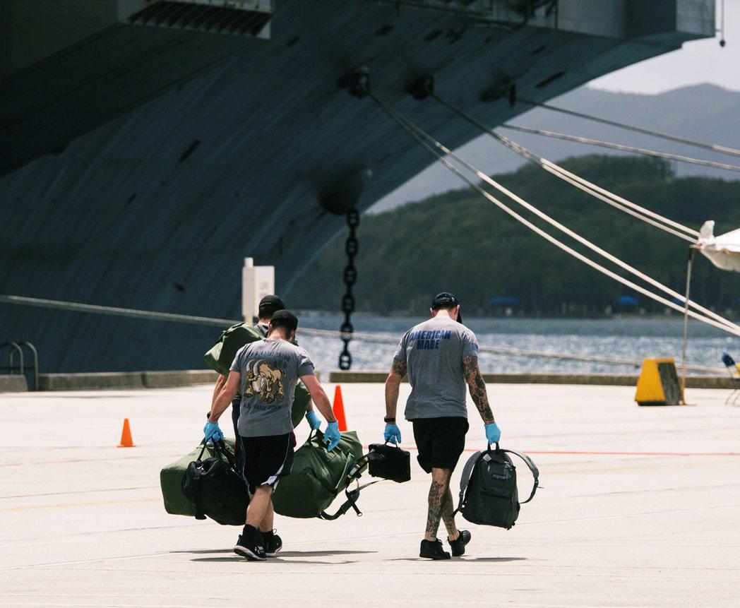 出港的羅斯福號只搭載了3,000官兵,留在關島岸上的至少還有1,800兵力繼續隔...