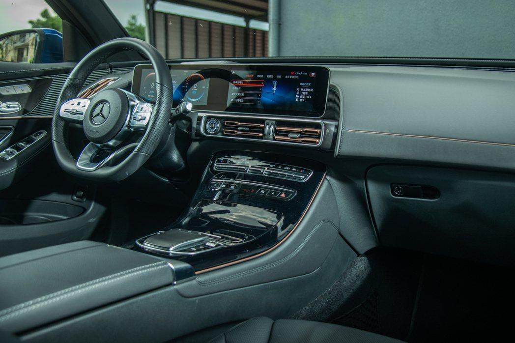 EQC的車室配置與其他車款幾乎相同,車主可以不需額外再去學習新介面。 攝影/王