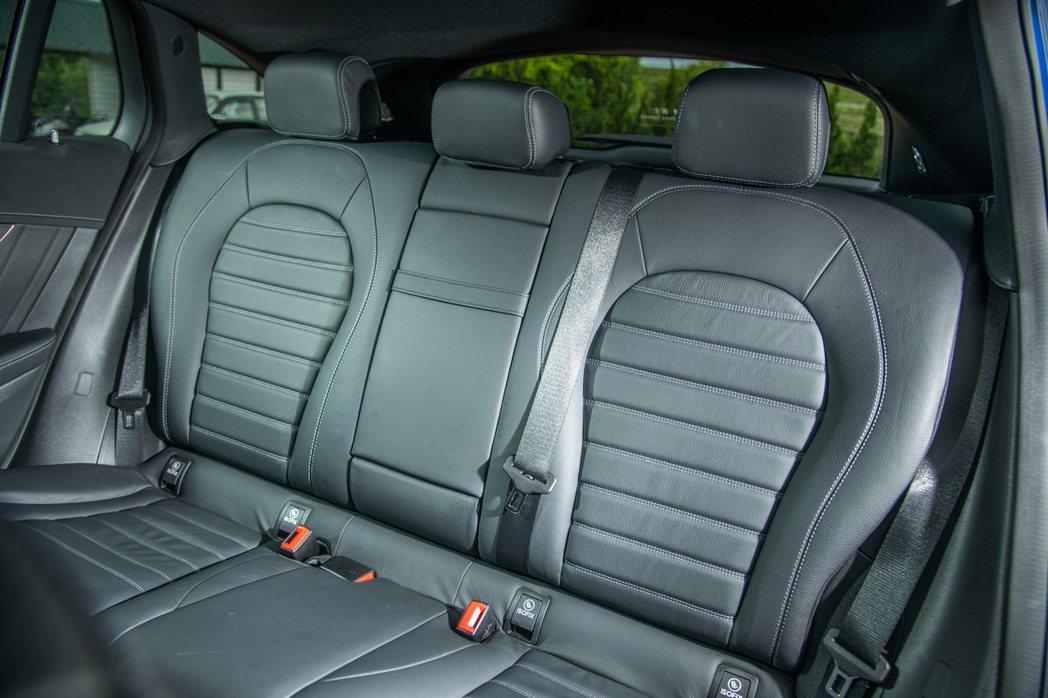 寬敞舒適的後座空間,滿載五名乘員也不顯侷促。 攝影/王