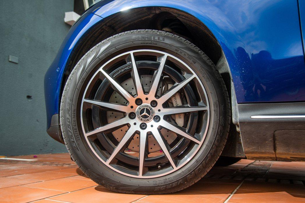 除了輪胎依舊是圓的不變外,安全第一以人為本的造車理念賓士也不曾改變。 攝影/王