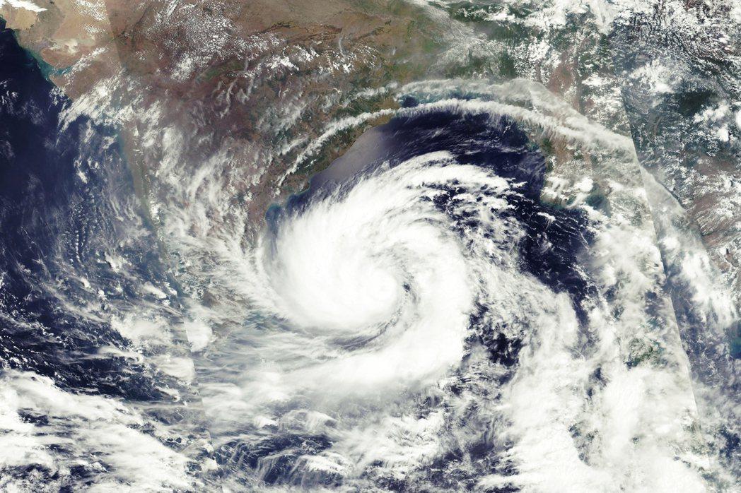圖為17日,NASA釋出的衛星雲圖。安芬強度在周一時達到巔峰,增強為最高等級的「...