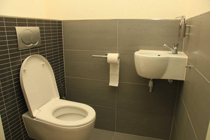 一位女網友抱怨自己的室友衛生習慣極差,上完大號都不會沖水。圖片來源/ingimage