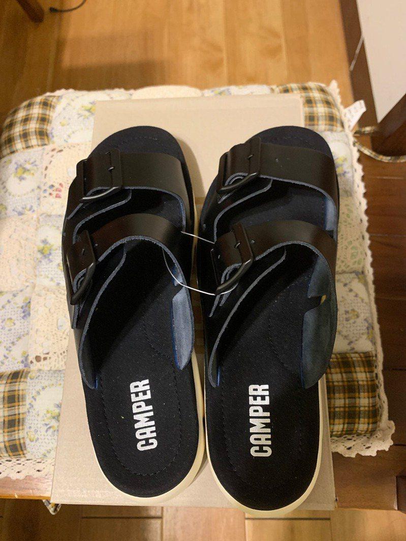 網友買到同腳不同尺寸的拖鞋。圖擷自facebook