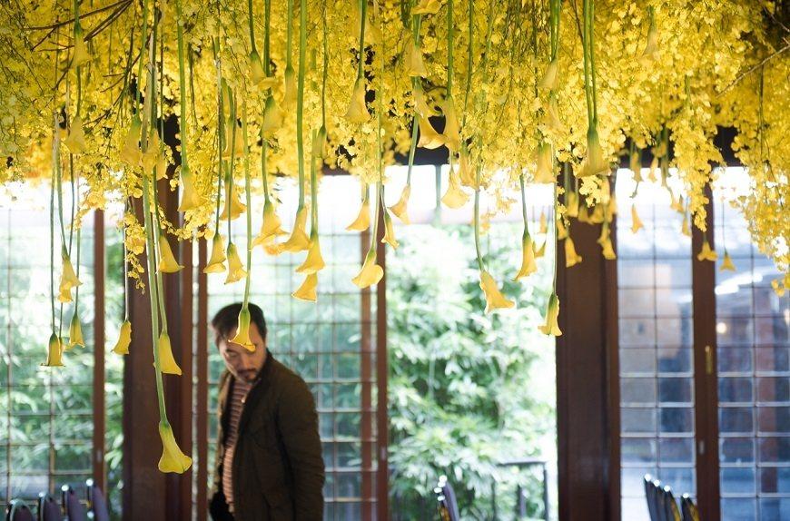 作家李維菁的追思會場,各色黃色花朵繽紛中有溫馨,活動結束後,來賓也能帶回家作為紀...