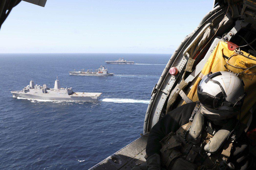 正在運補位於太平洋特遣隊的MH-60S。 圖/美國海軍