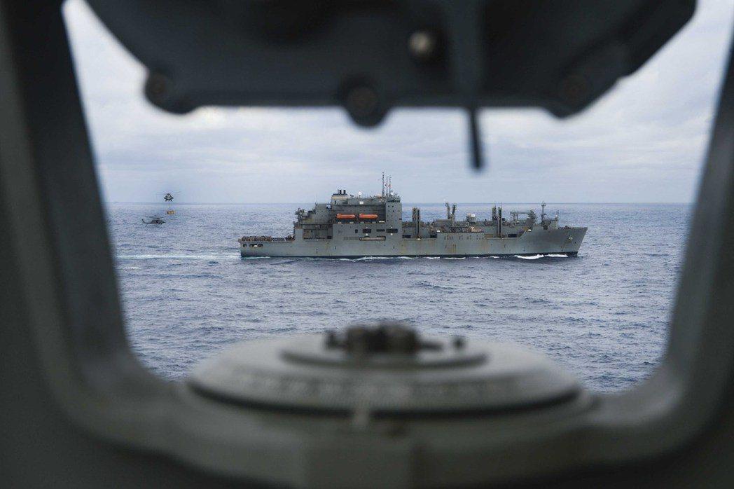 正在演練運補的杜魯門號航空母艦。 圖/美國海軍