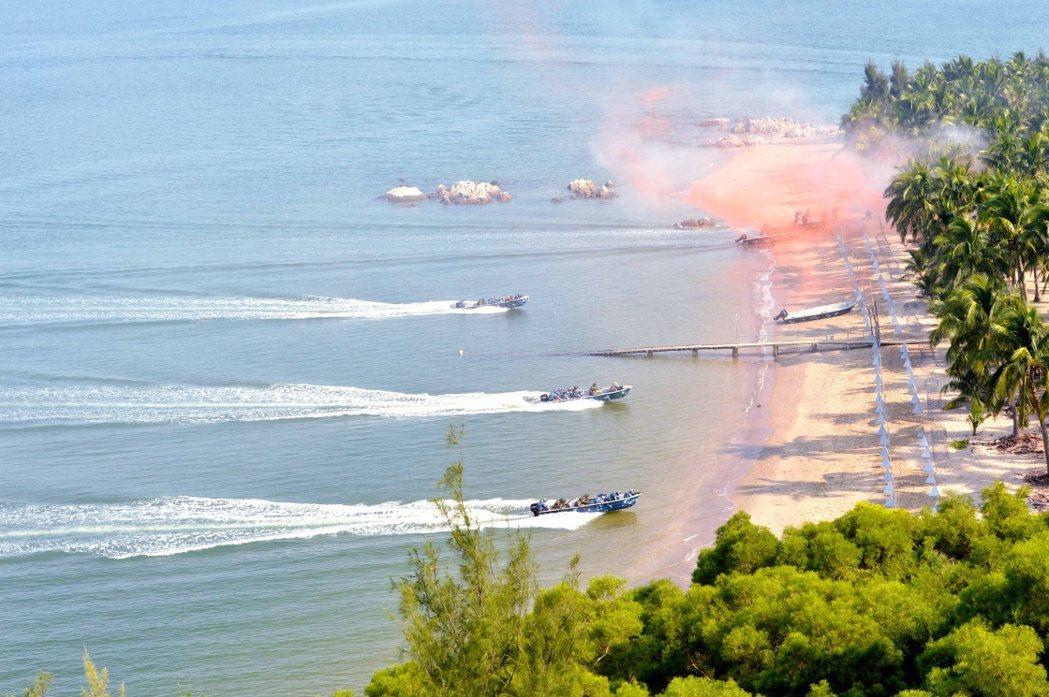 中共海軍陸戰隊模擬搶灘。 圖/中國軍網