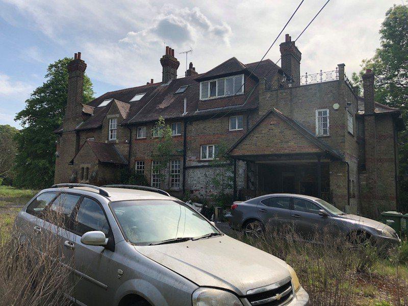 英國這棟豪宅3年前遭希臘裔富商阿薩納西斯一家棄置至今。圖擷自The Sun