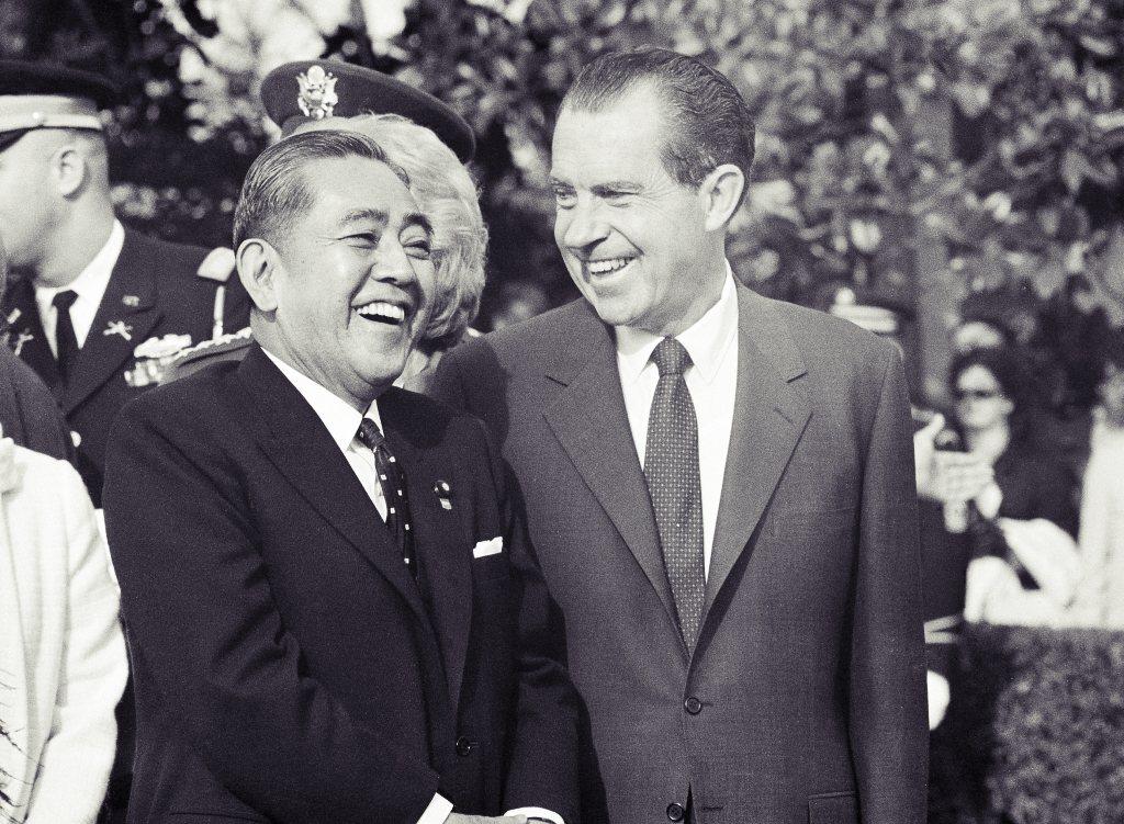 1953年「造船疑獄」,案情一路延燒至佐藤榮作(圖左,也是安倍晉三的外叔公),涉...