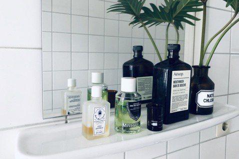 精緻漱口水是洗手台上的另一種裝飾品。 圖/許育華拍攝