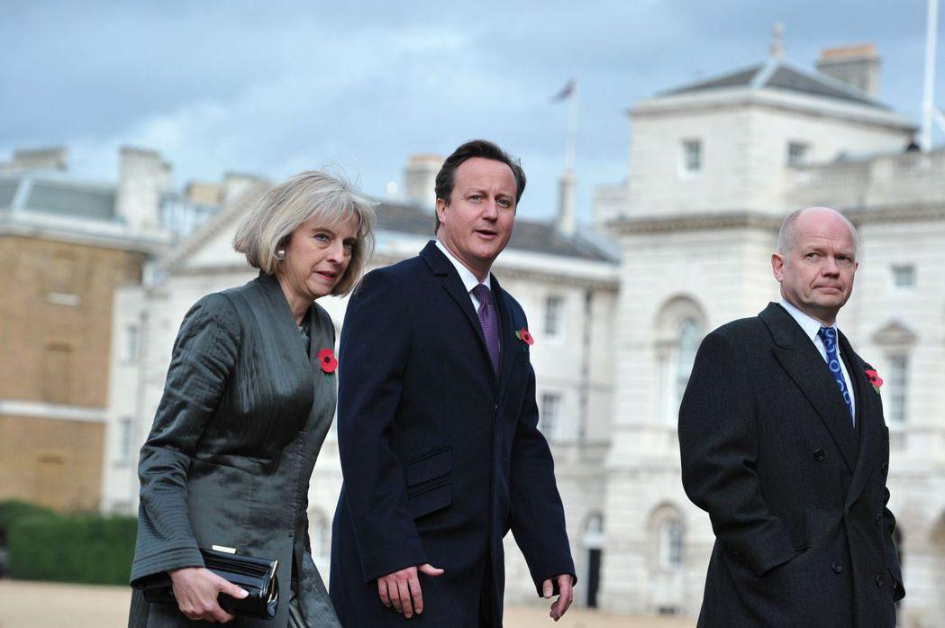 圖為卡麥隆(中)與其任內的內閣大臣梅伊(Theresa May)、外交大臣威廉....