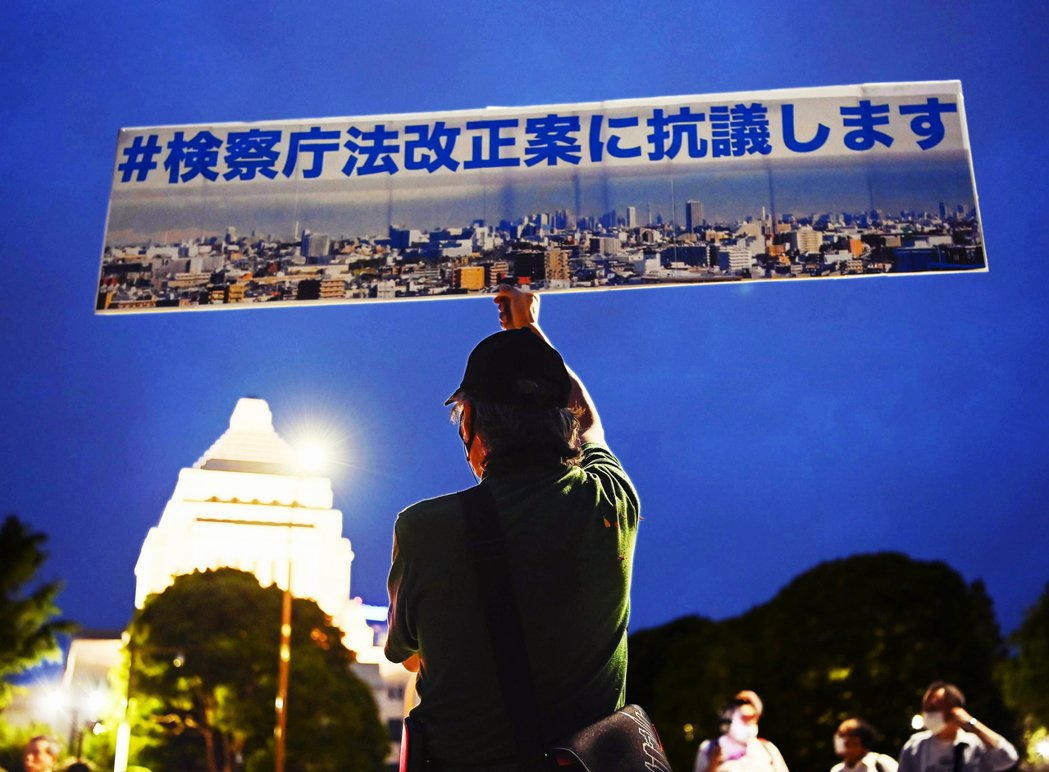 日本政府和社會大眾始料未及的是,一則政治話題的推文竟能掀起日本網友的波瀾萬丈,到...