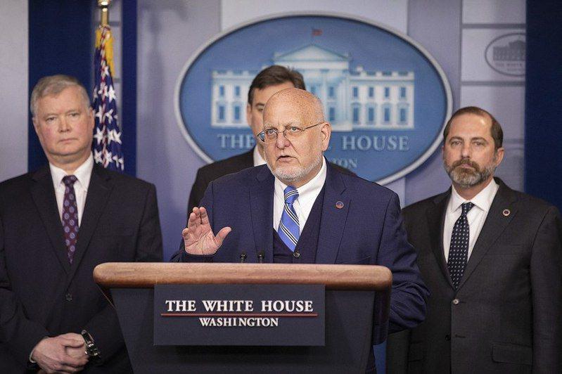 美國CDC在疫情期間遭川普架空,讓美國公衛專家紛表不滿。圖為美國CDC主管雷德菲爾德(中)。(Photo on Wikimedia Commons)