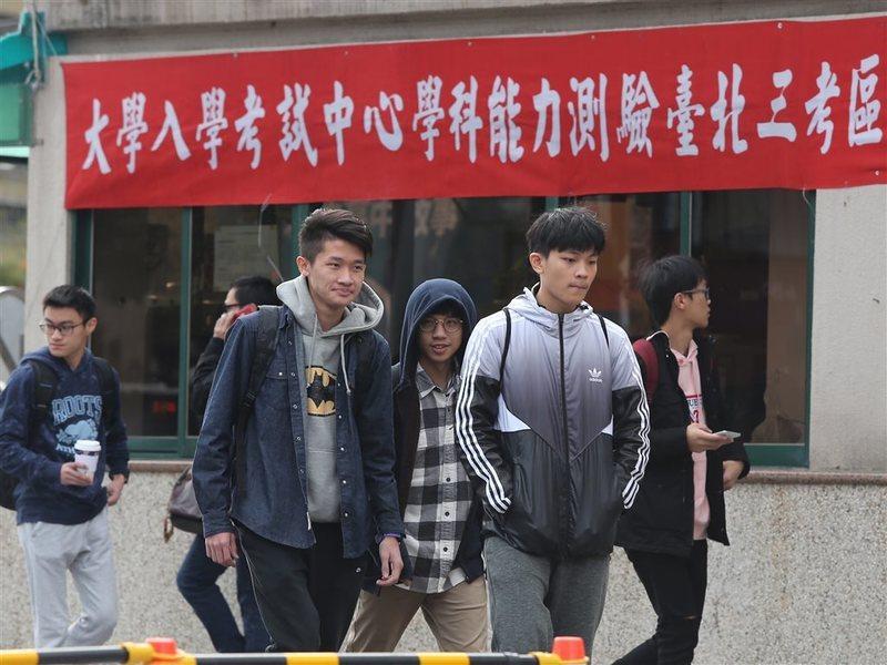 因為疫情造成的不確定感,讓學生想儘早入學。(Photo from中央社)