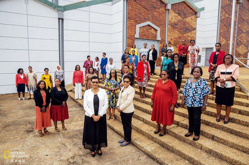 自2003年起,盧安達憲法便規定公職選舉中,當選名額中必須有30%是女性。如今盧安達議會裡有49名女性(照片中為其中33位),占議員總人數的61%,這個比例是全世界最高的。七名大法官裡有四名是女性。 攝影: 雅佳姿. 艾梅茲 YAGA ZIEEMEZI
