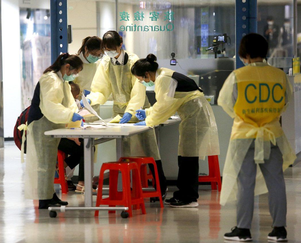 圖為桃園機場入境長廊衛福部疾病管制署設置的檢疫站。記者陳嘉寧/攝影