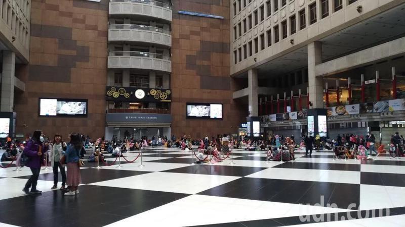台鐵台北車站大廳有意在疫情解封後「永久禁坐」,圖為去年北車大廳情形。圖/聯合報系資料照片