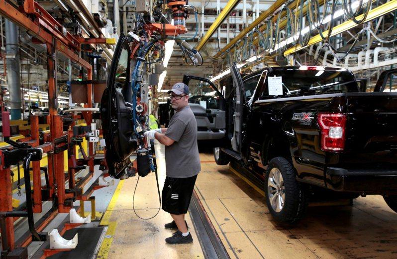 福特汽車密西根州Dearborn卡車工廠生產線的檔案照片。  路透