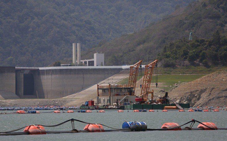 台南曾文水庫在枯水期加緊清除水庫淤泥。圖/南水局提供