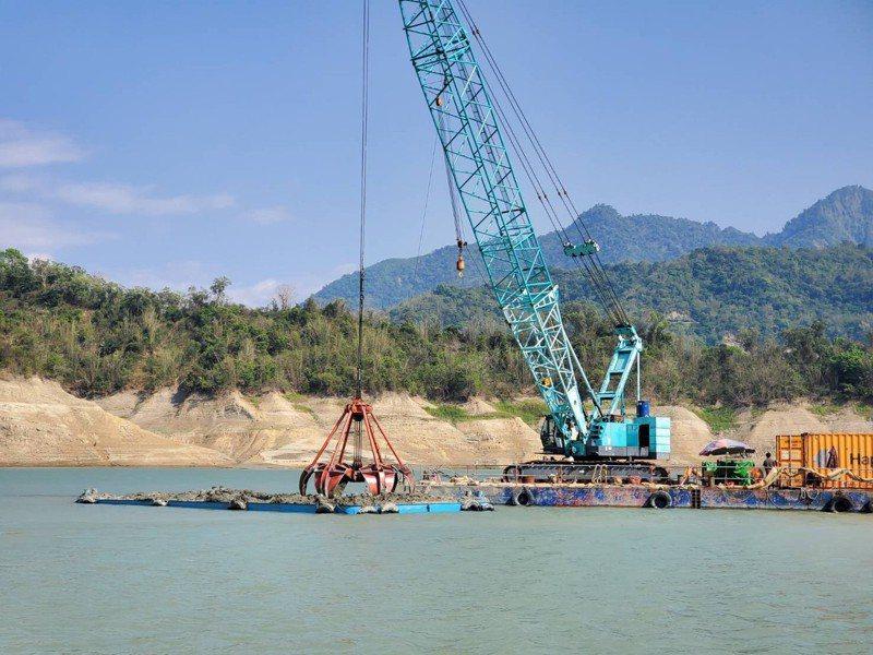 台南曾文水庫在枯水期以抓泥船清除水庫淤積。圖/南水局提供