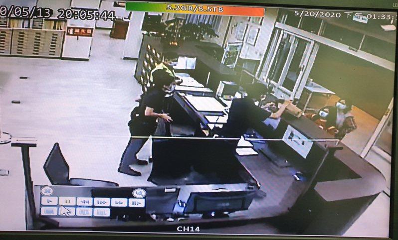 台中市梧棲區蔡姓母親帶著國小二年級女童,日前到台中市清水警分局安寧派出所,送上60片口罩給辛苦執勤的警察使用。記者余采瀅/翻攝