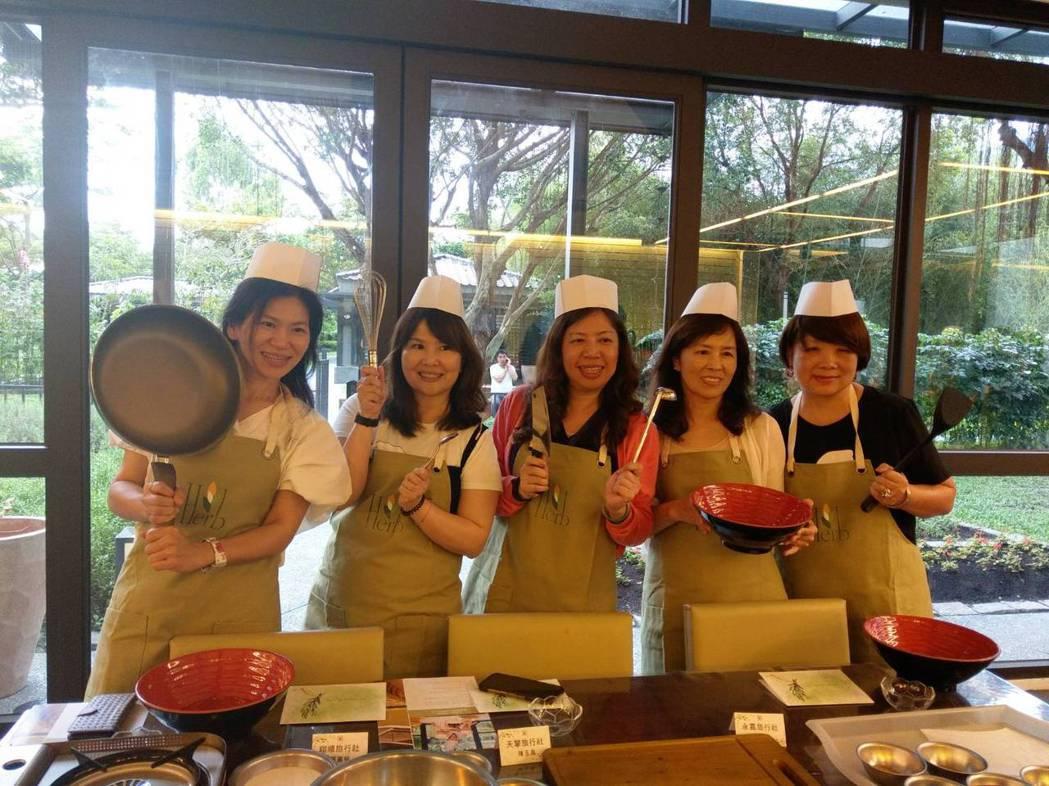 花東Easy go旅遊聯盟踩線團團員,在秧悅千禧度假酒店,穿戴著廚師帽與圍裙體驗...