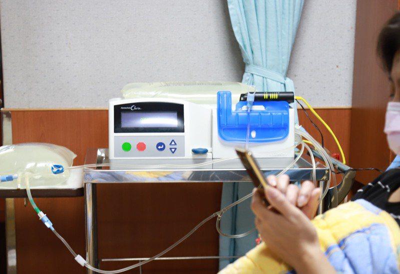 病人如臨時有其他需求,也可遠端聯絡護理師即時調整藥水設定後進行透析(示意圖)。圖/羅東博愛醫院提供
