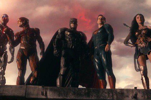 DC漫畫大片「正義聯盟」原本被預期有媲美漫威「復仇者聯盟」的成績,但華納兄弟影業在「蝙蝠俠對超人:正義曙光」口碑明顯不如預期後,就放棄導演查克史奈德的路線,改找「復仇者聯盟」導演喬斯威登接手完成,由...