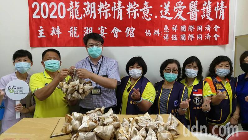 新竹知名的龍湖餐廳及祥鈺、慈祥國際同濟會,今天發起贈粽感恩活動,陸續將2020顆「黑豬肉粽」,分送給新竹5家醫院。記者陳斯穎/攝影