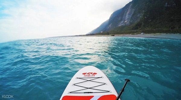 在花蓮清水斷崖一邊划槳,一邊享受美景。圖/KLOOK提供