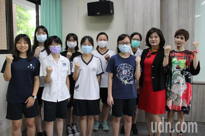 大學申請入學放榜,彰化女中今年有4名學生錄取醫學系。記者林敬家/攝影