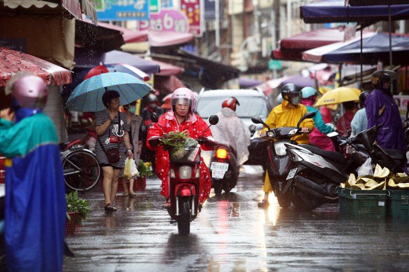 中央氣象局表示今天下午起南部要嚴防致災邊緣大雨。記者劉學聖/攝影