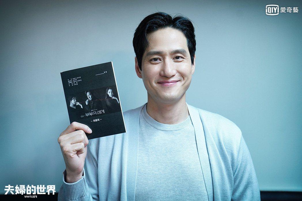朴海俊在「夫婦的世界」演出男主角李泰伍。圖/愛奇藝台灣站提供