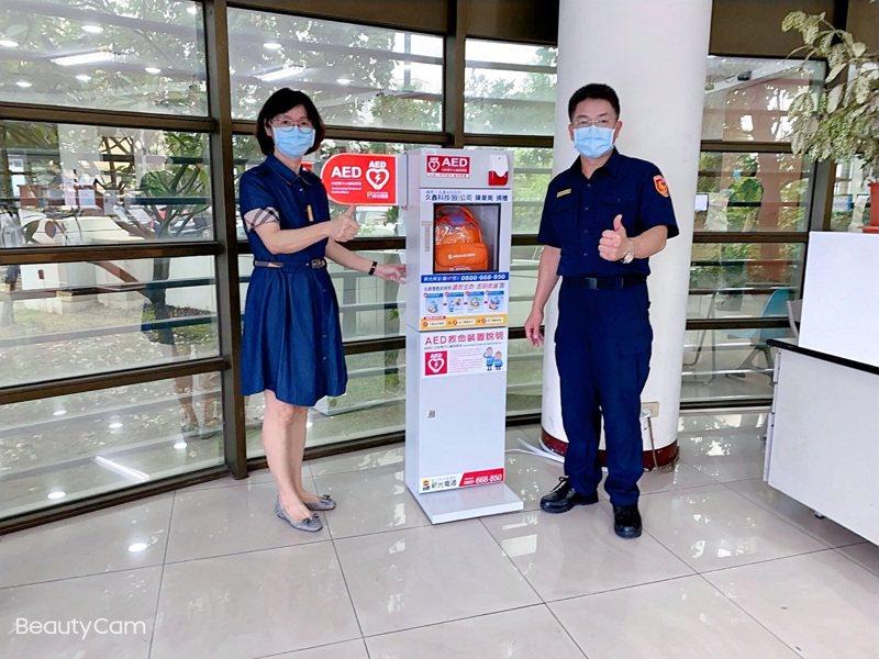 久鑫科技總經理黃鈴蘭(左)及新化警分局長許芳毅。圖/新化警分局提供