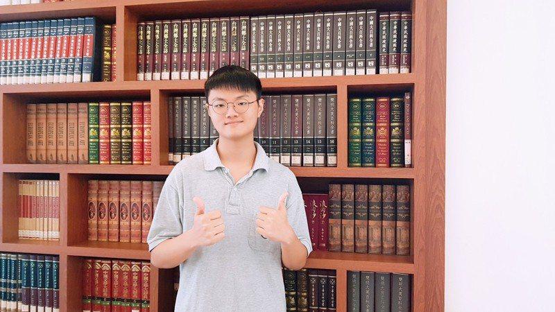 姜宇庭以個人優勢選校系及善用學習歷程檔案,6校系全壘打,最後選擇最愛的政治大學民族系。圖/二信高中提供