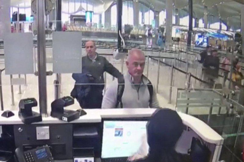 渉嫌協助日產公司前執行長高恩偷渡離開日本的前綠扁帽成員泰勒(中)及黎巴嫩特種部隊前成員扎耶克。圖為兩人去年12月30日在土耳其伊斯坦堡機場被拍到的影像。美聯社